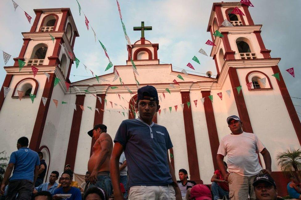 migrante en una iglesia