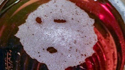 La espuma en un vaso de cerveza ase asemeja a un fantasma
