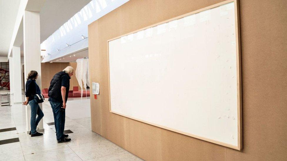 Cuadros en blanco en el museo