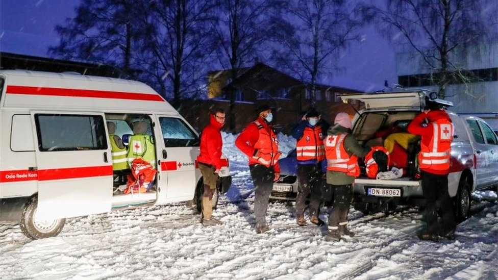 Rescuers after landslide in Norway's Gjerdrum, 30 December 2020