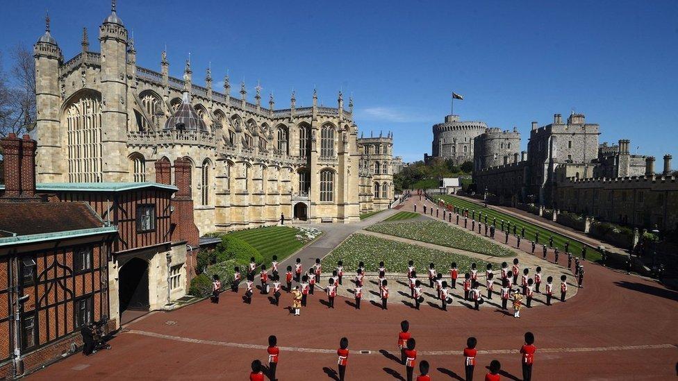 Militares fuera de la capillla de San Jorge antes de comenzar los servicios funerarios del príncipe Felipe en el Castillo de Windsor.