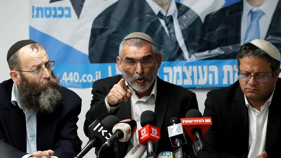 ميخائيل بن آري (في الوسط) بين زعيمين آخرين لحزب القوة اليهودي، باروخ مارزيل وإتمار بن-غفير في القدس في مارس آذار الماضي