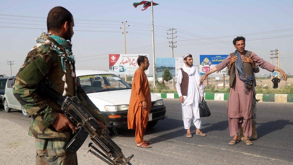 جندي من الجيش الوطني الأفغاني يفتش رجلا في منطقة غوزارا في ولاية هراة، أفغانستان