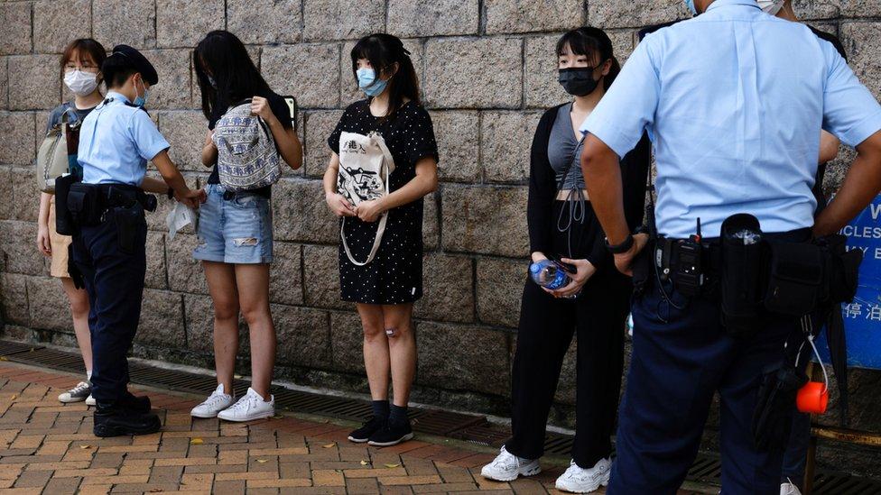 香港高等法院外警員攔查多名年輕女子(30/7/2021)