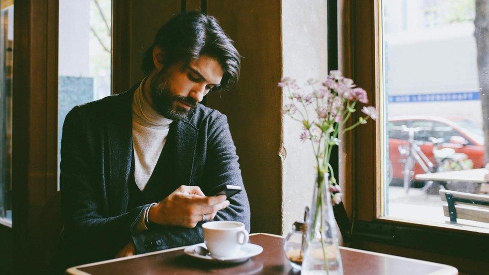 Hombre tomando un café.