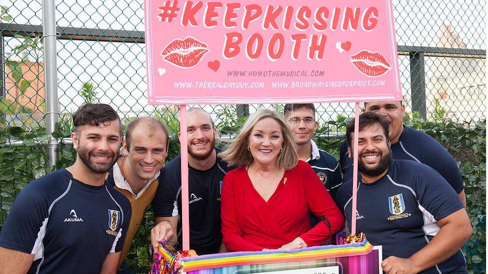 Ruth Coker Burks y otros hombres en un evento LGBT