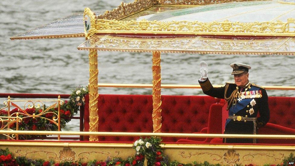 El príncipe Felipe saludando desde la barcaza durante el paseo en el Támesis por el Jubileo de Platino.