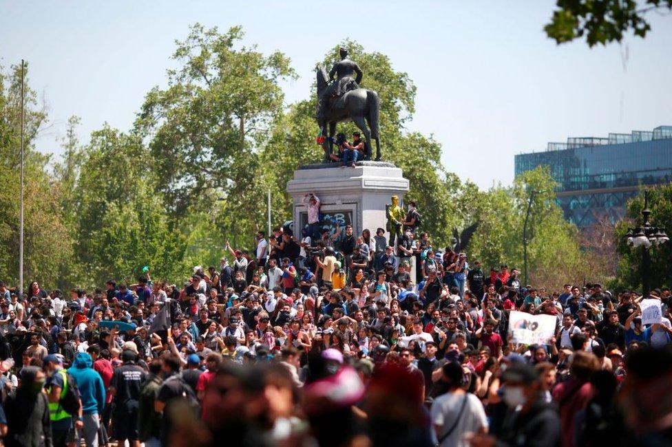 Protesta pacífica en la plaza Italia de Santiago de Chile el 21 de octubre de 2019.