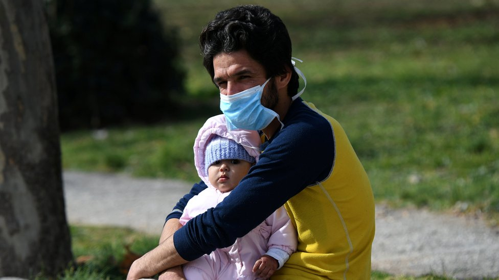 muškarac s bebom u solunu