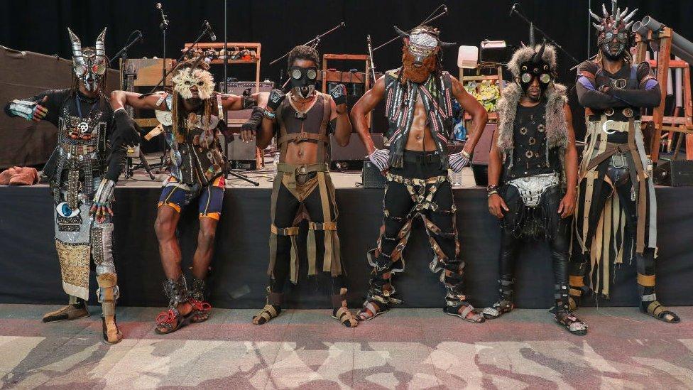فرقة البانك إيكو - أفروفوتوريست فولو ميزيكي تقف في المهرجان الدولي للفنون المسرحية
