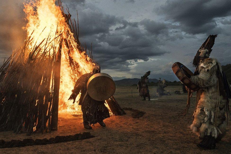 一名薩滿從火中穿越而出。