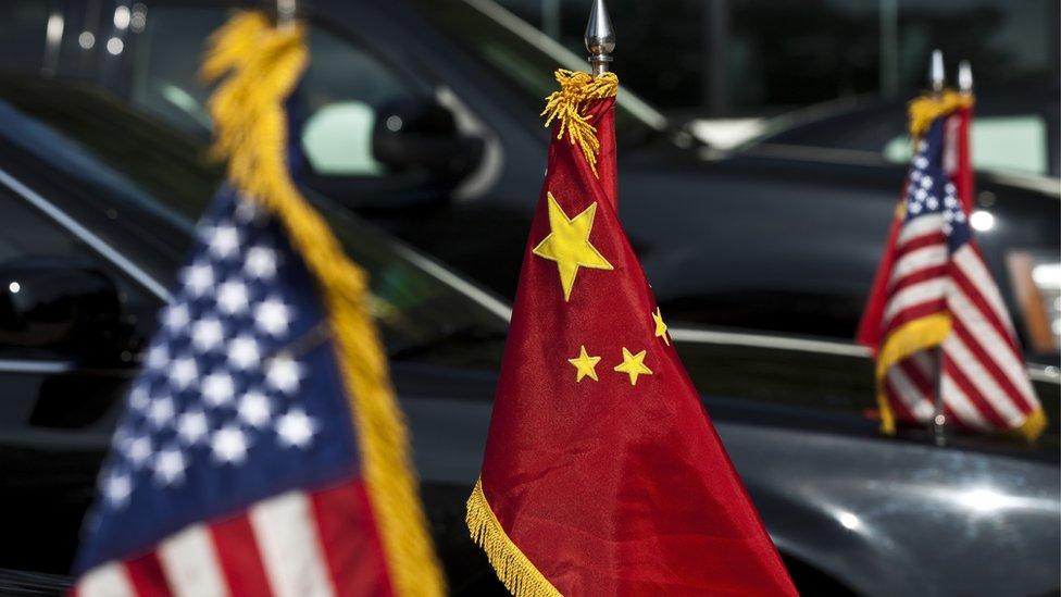 Banderas de de EE.UU. y China.