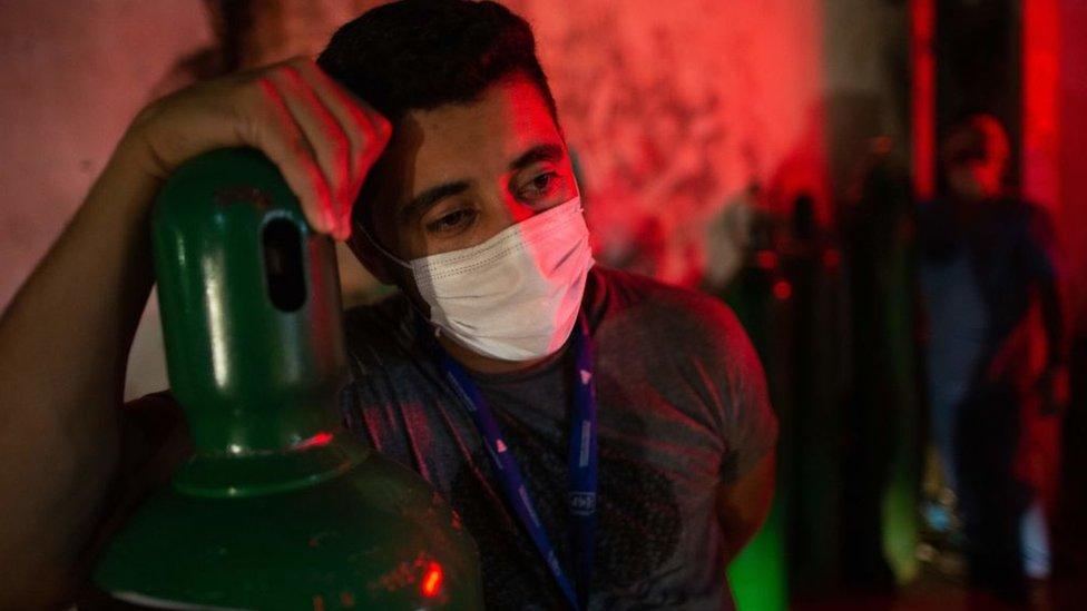 Hombre con un cilindro de oxígeno en Manaos, Brasil.