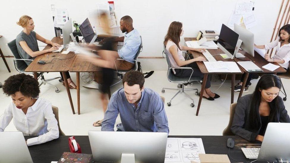 موظفون وموظفات في مكتب عمل