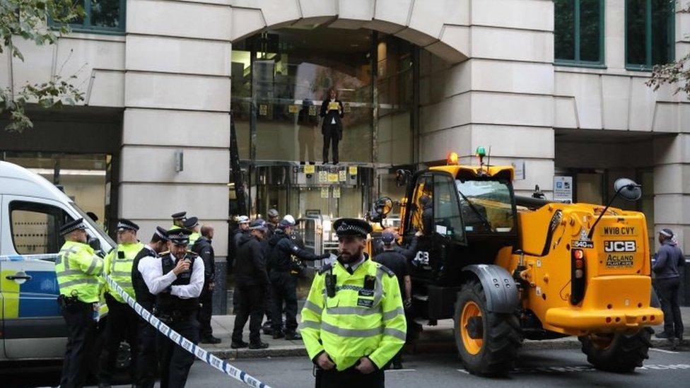 Ispred ministarstva saobraćaja bilo je mnogo policije u utorak ujutro