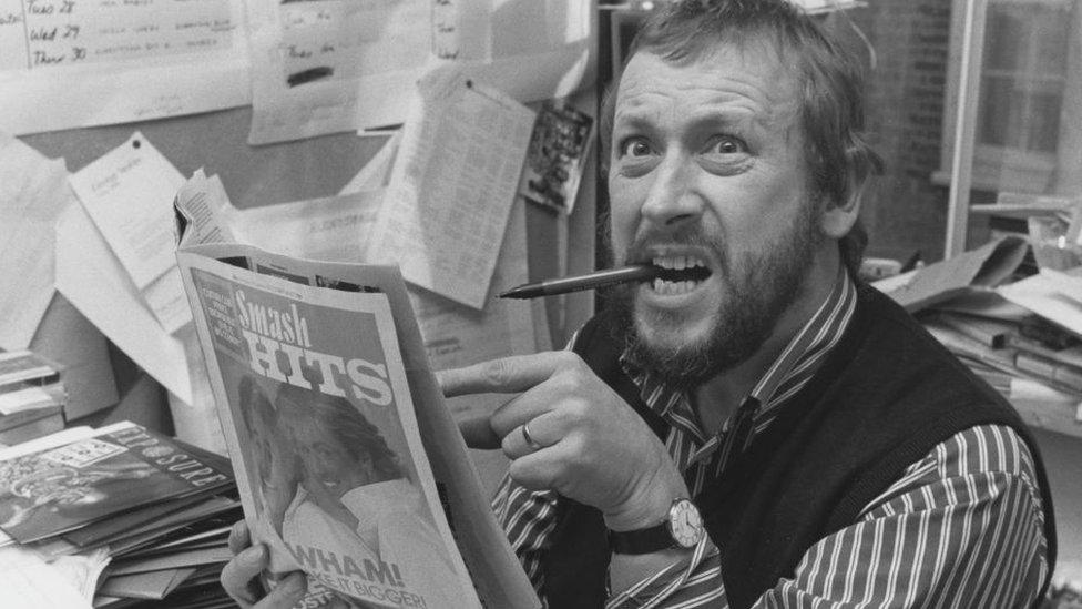 El productor de la BBC John Walters leyendo la revista Smash Hits.