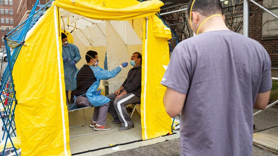 Posible enfermo de covid-19 examinado en una tienda de campaña