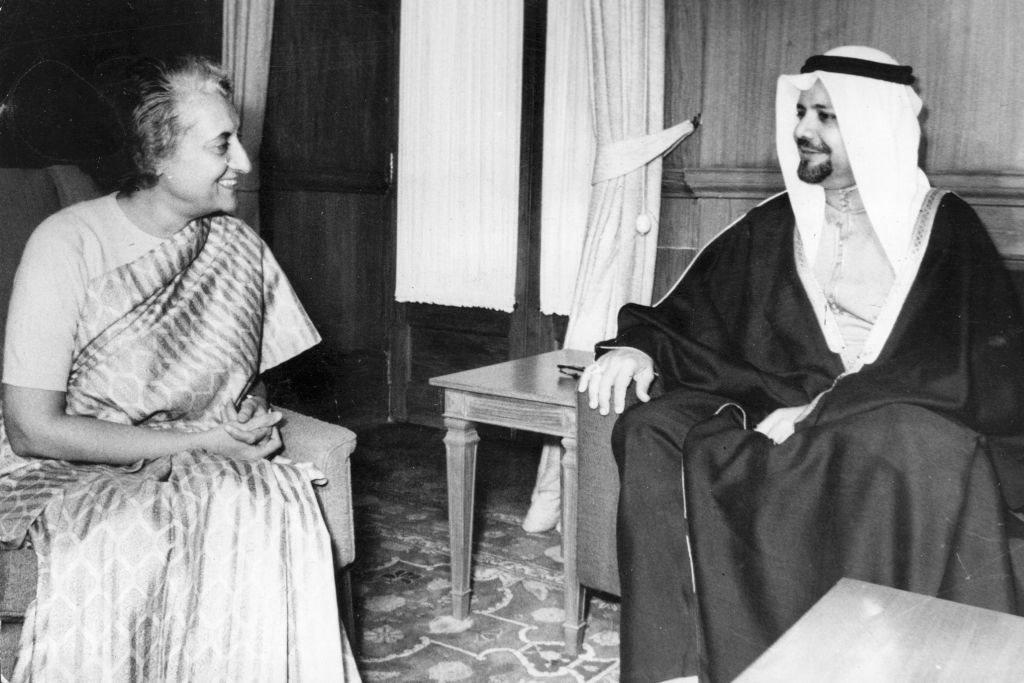 الشيخ أحمد زكي يماني مع رئيسة الوزراء الهندية سابقا إنديرا غاندي (1917 - 1984)، خلال محادثات في نيودلهي عام 1975