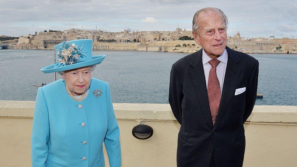 الملكة إليزابيث الثانية والأمير فيليب، دوق إدنبره في اليوم الأخير من زيارتهما إلى جزيرة مالطا التي استضافت قمة رؤساء دول الكومنولث في 28 نوفمبر/تشرين الثاني 2015