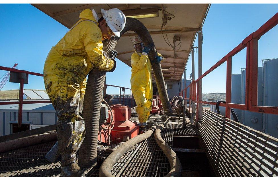 Hombre rellena un tanque de petróleo