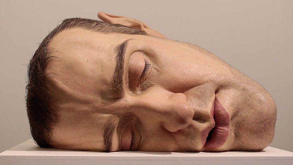 escultura hiperrealista del artista australiano, Ron Mueck.