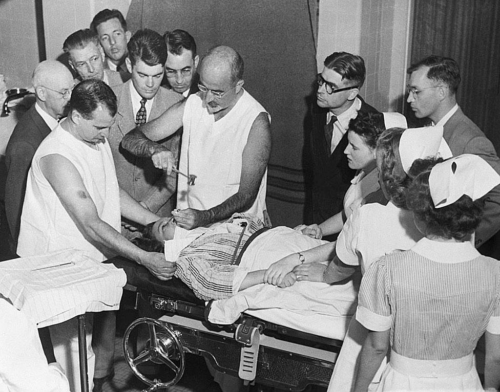 El Dr. Walter Freeman realiza una lobotomía con un instrumento como un picahielo que inventó para el procedimiento.