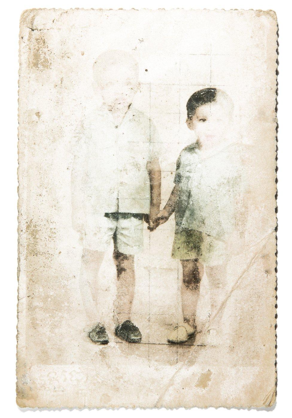Vira (desno) drži za ruku brata Monirota