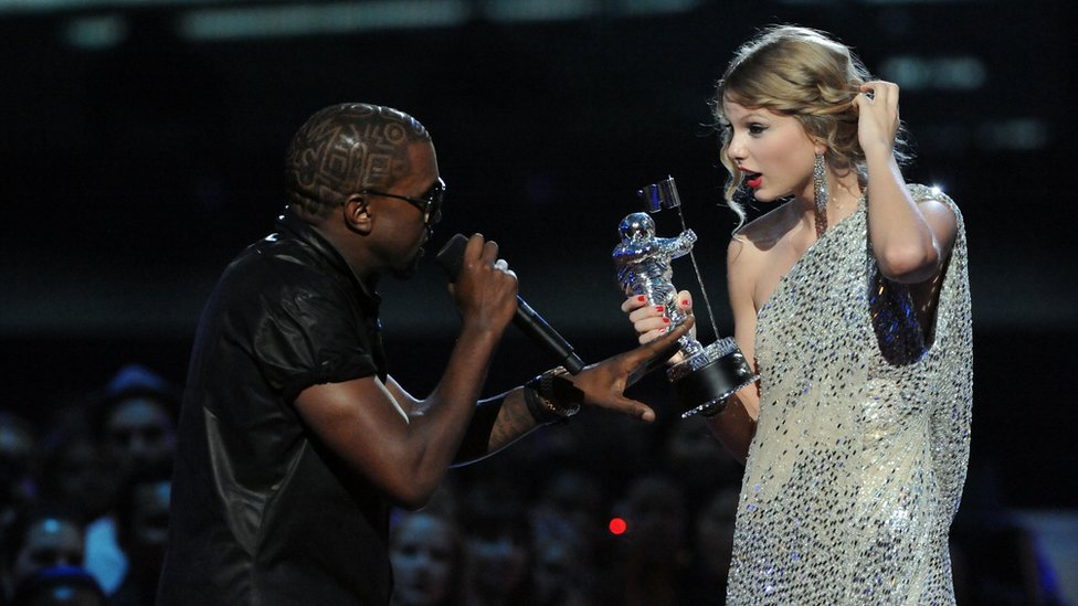 Kanye West le quita el micrófono a Taylor Swift