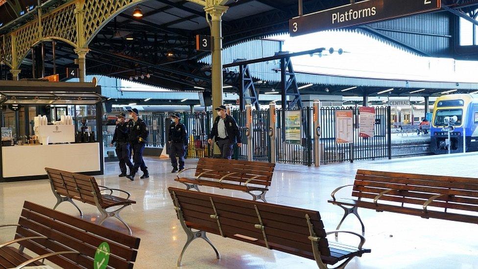 Estação Central de Sydney deserta após lockdown