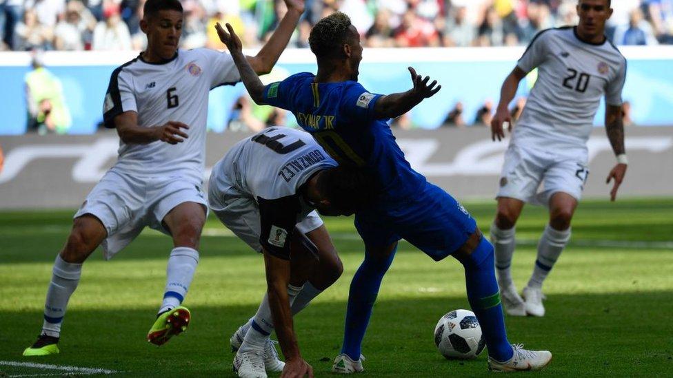 El momento en que Neymar cae de espalda y que el VAR confirma que no fue penal.