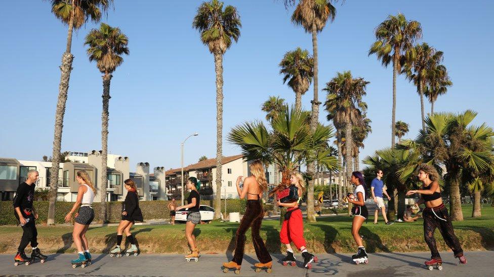 Personas patinando en Venice Beach, Los Ángeles, California.