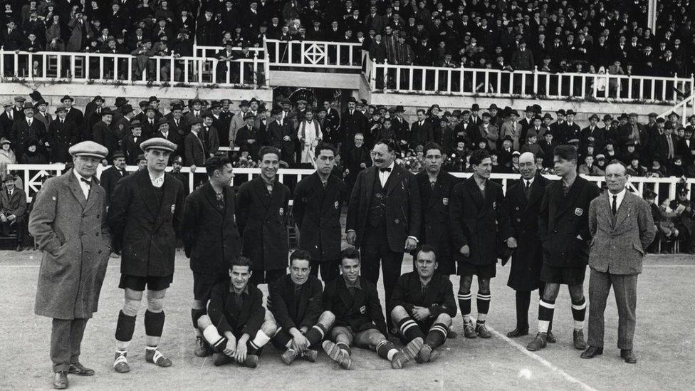 Jack Greenwell (a la izquierda) con jugadores y parte de la directiva del Barcelona.