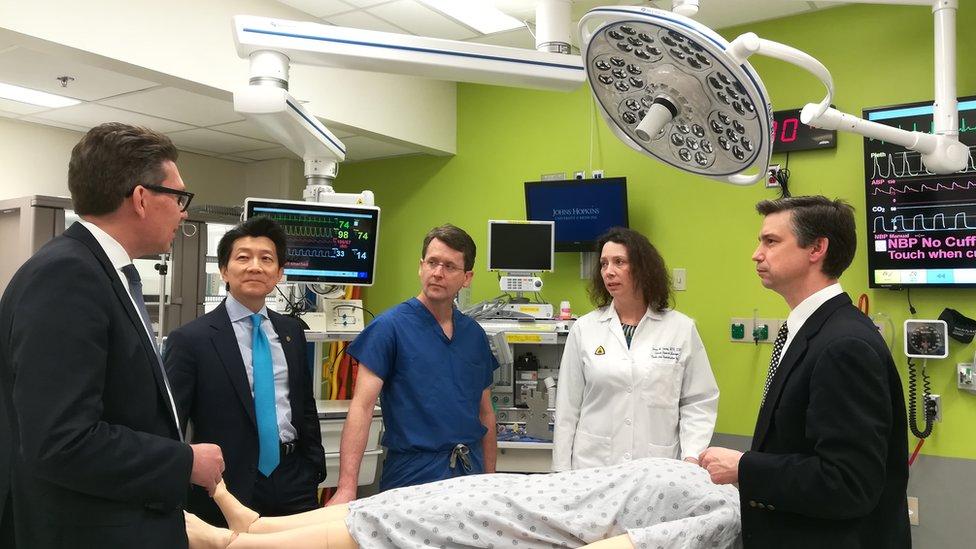 El doctor Andrew Lee y otros miembros del equipo de cirujanos.