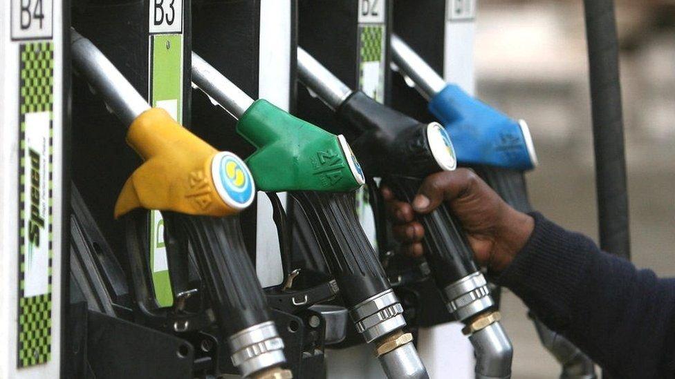 لأن البنزين خطير فإنه يجب إعادة التزود في محطات الوقود