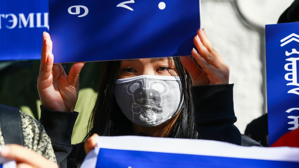 蒙古首都烏蘭巴托一場集會上一位女士舉起聲援中國內蒙古人民捍衛蒙古語教學標語(2/9/2020)