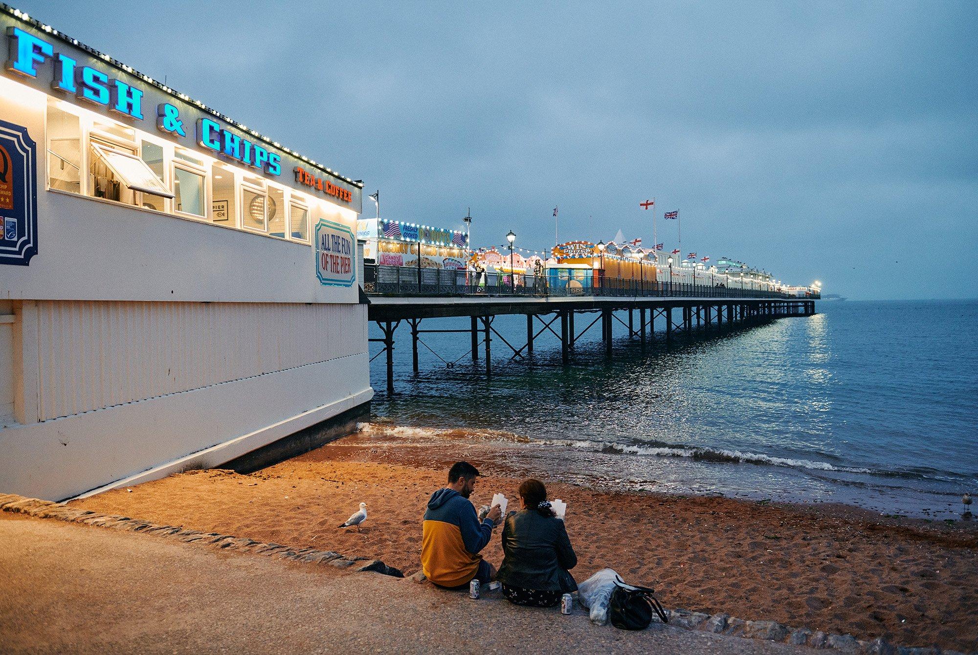 """وجبات """"السمك المقلية والبطاطس"""" الشهيرة في بريطانيا أكثر متعة على الساحل"""