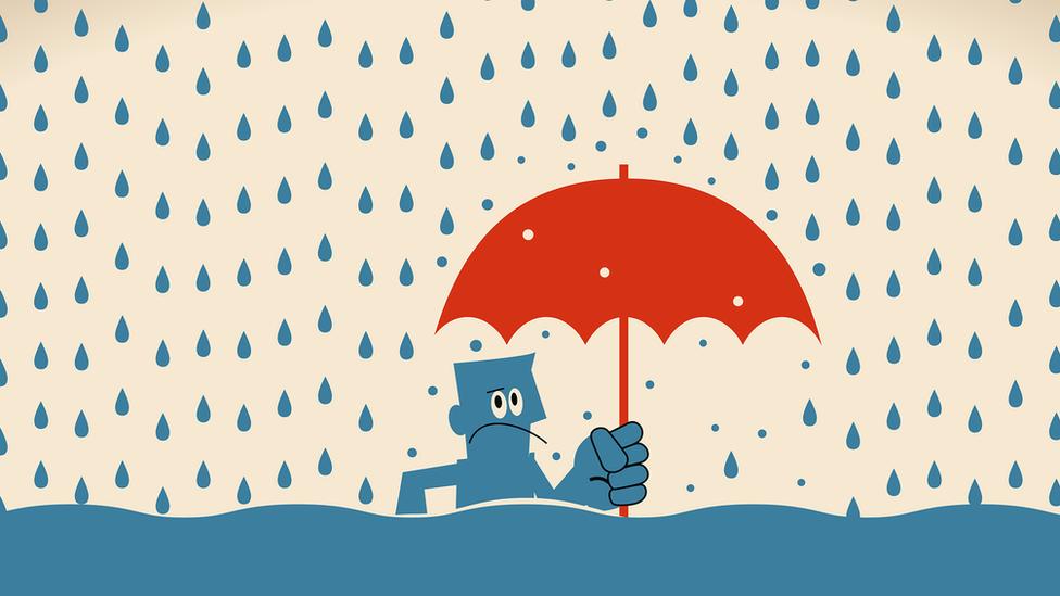 رسم توضيحي يظهر شخصاً يحتمي بمظلة وسط فيضان من المياه