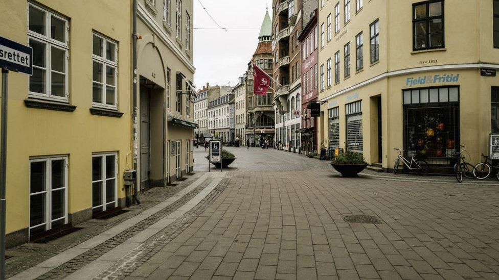 Calles de Copenhagen vacías.
