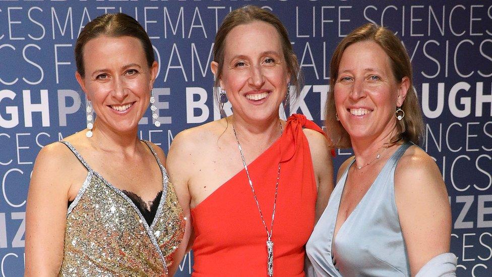 Anne Wojcicki (izquierda) y sus hermanas Janet Wojcicki y Susan Wojcicki.