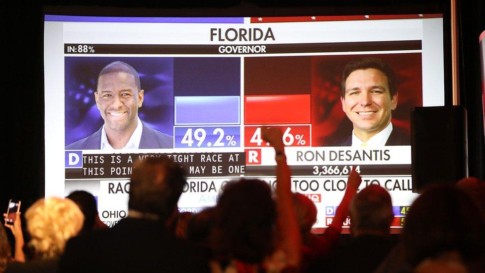 Pantalla gigante con los resultados de las elecciones a gobernador de Florida