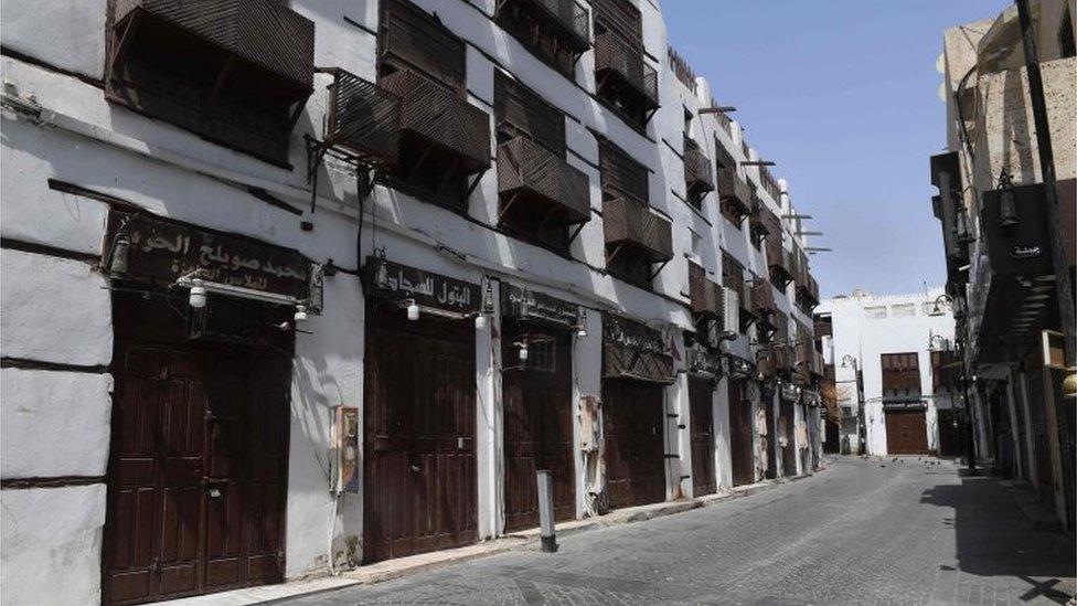 Toko-toko tutup saat pemberlakuan larangan keluar rumah di Jeddah, Arab Saudi.