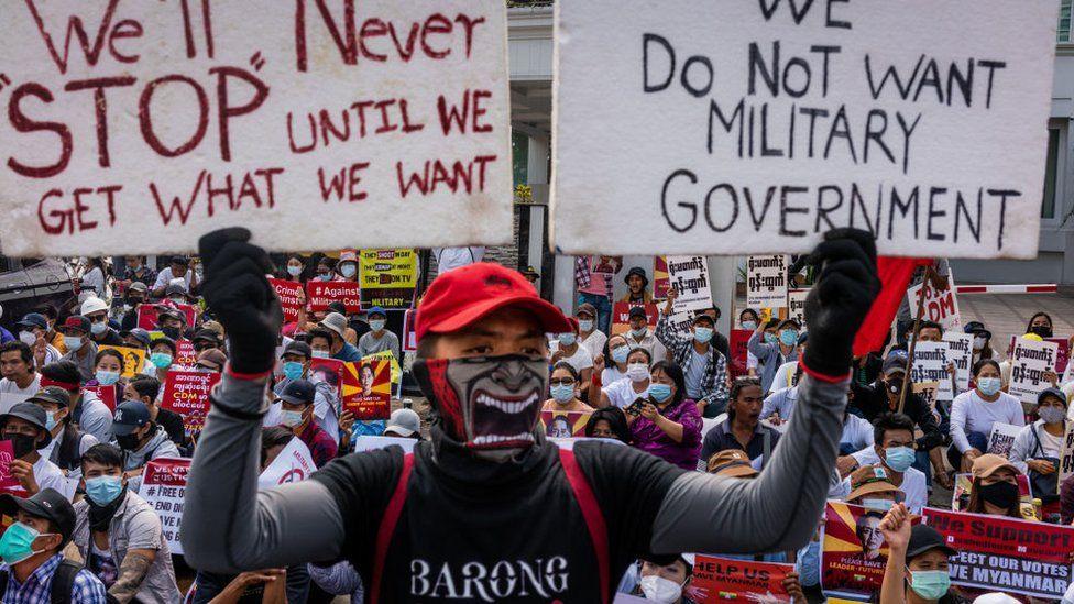 محتجون يرفعون لافتات في تحد لقمع العسكر
