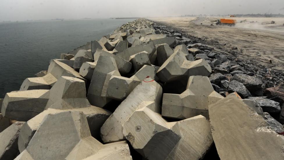 """La """"Gran Muralla de Lagos"""" sirve para reforzar la costa y protegerla de la erosión."""