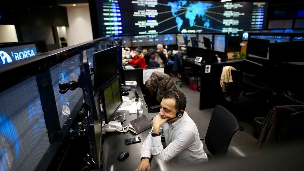 Bitcoin fiyatının yeni zirvelere çıkması, GameStop hissesindeki yükselişin Wall Street'i şaşkına çevirmesi… Küçük yatırımcıların dünyada sahneye çıkışının işaretleri. Türkiye'de hisse senedi yatırımcı sayısı bir yılda yüzde 75 arttı. Ancak sermayenin tabana yayılmadığını vurgulayan uzmanlar riskler konusunda da uyarıyor.