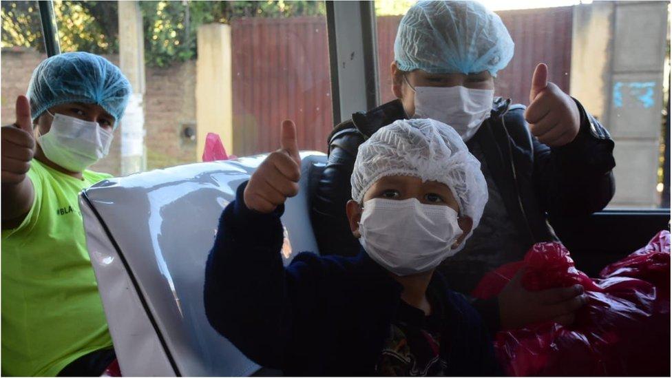 Los niños retornaron a su casa en un pequeño bus tras casi tres semanas de internación.