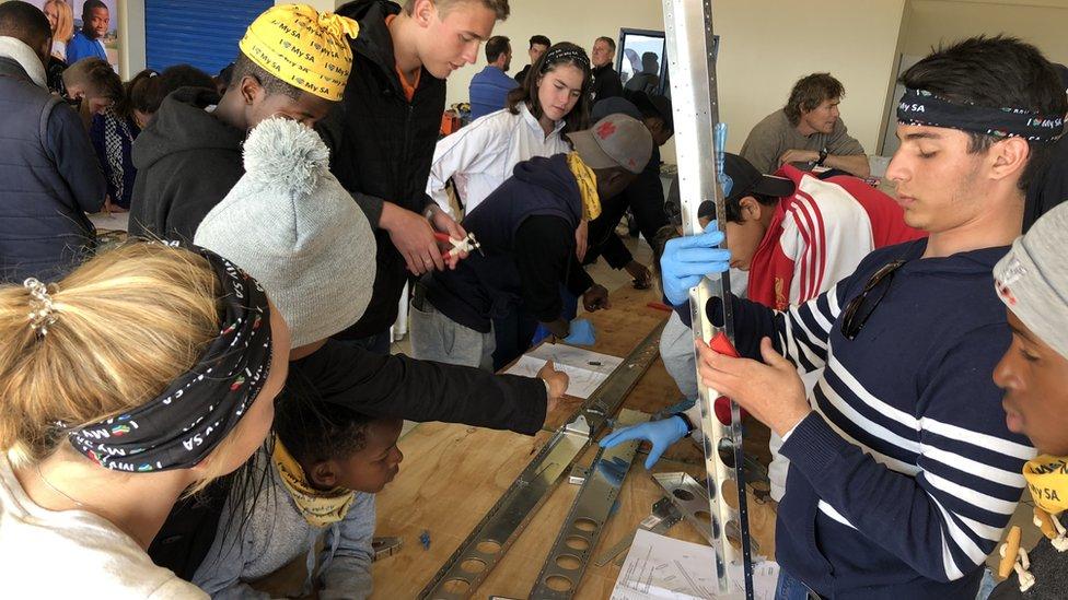 صنع المراهقون الطائرة خلال ثلاثة أسابيع، من مكونات مصنوعة في مصنع طائرات في جنوب أفريقيا