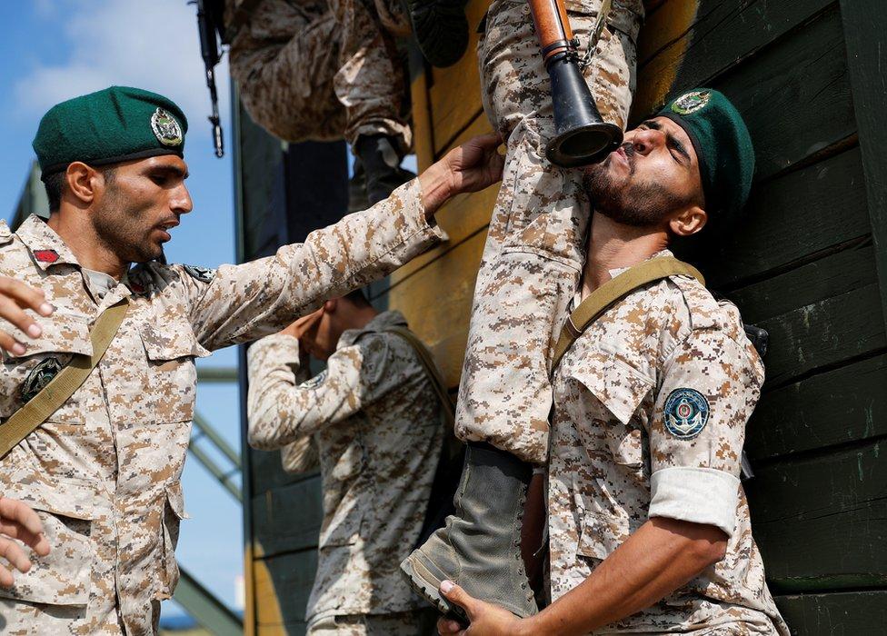 伊朗陸戰隊員搭人梯越障礙。