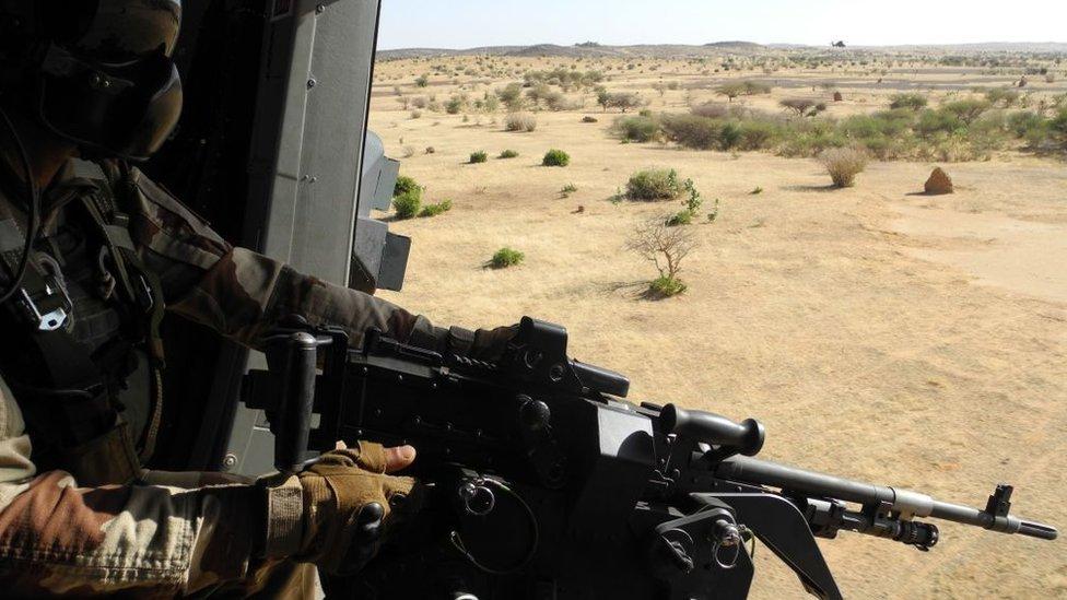 Un soldado francés sostiene su arma en un patrullaje en la frontera entre Mali y Burkina Faso.
