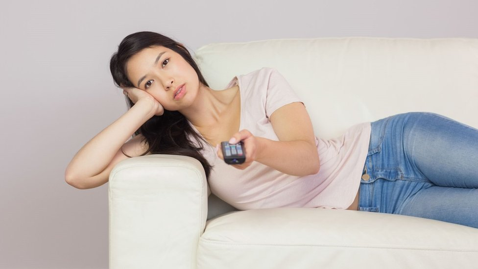 Žena na sofi