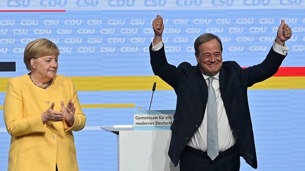 El líder de la CDU, Armin Laschet (derecha) y Angela Merkel.